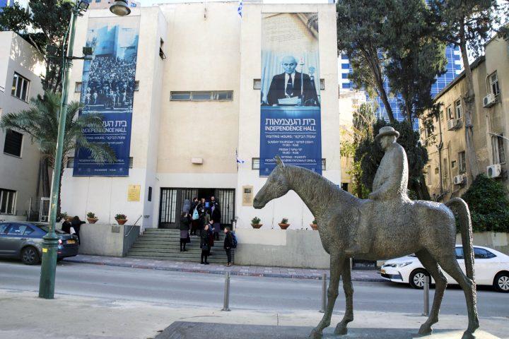 פסל מאיר דיזנגוף ובית העצמאות