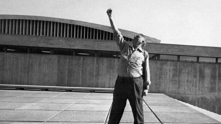 אריה שרון, על רקע מוזיאון יד מרדכי, 1968
