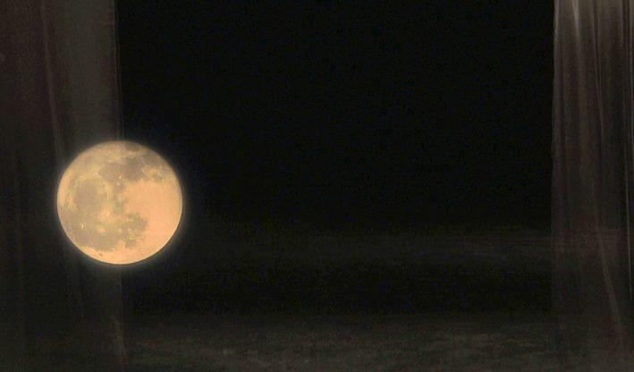 ירח ובמה - צילום על נייר אורז