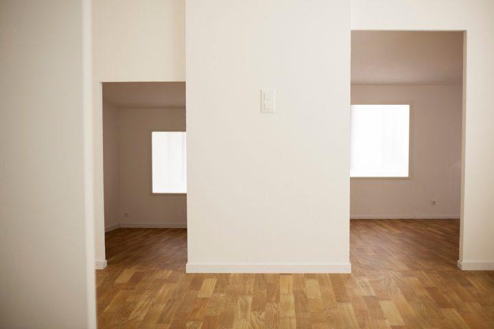 הביתן השווצרי, בנאליות של לבן ועץ