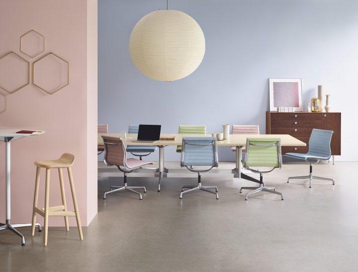 כיסא האלומיניום בהקשר משרדי