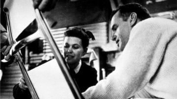 צ'ארלס וריי איימס בעת פיתוח כיסא האלומיניום