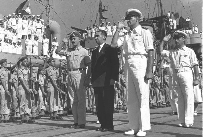 דב יוסף ויגאל ידין בשירת התקווה בספינת חיל הים 1951