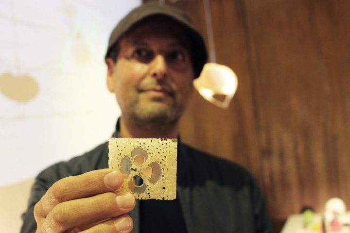 אסא אשוח מחזיק בחתיכה ממחקר הבמבוק שעשה ביפן