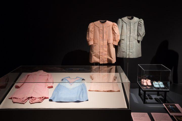 מה לבנים ומה לבנות, פריטי לבוש מהמאה ה-18