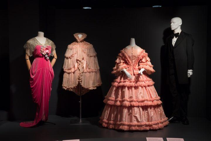 טונים שונים במהלך השנים, פריטי לבוש מהמאה ה-18