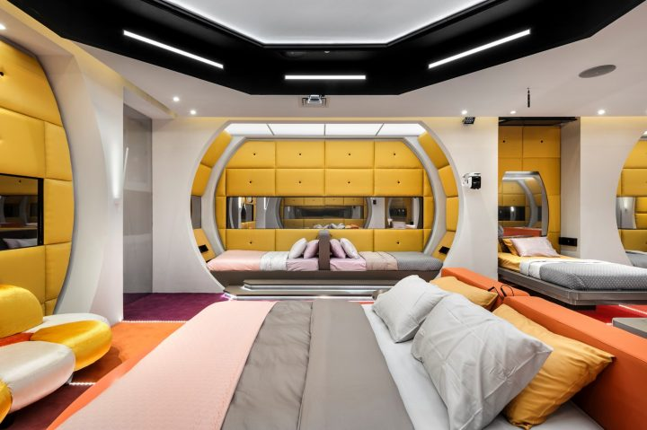רוצים לדעת איפה פינת האיפור ואיך נראה חדר הארונות בעונת ה VIP?
