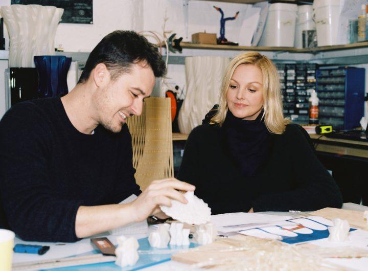 אדריכל מאמו-מאני וקרין גוסטפסון המנהלת האמנותית של COS