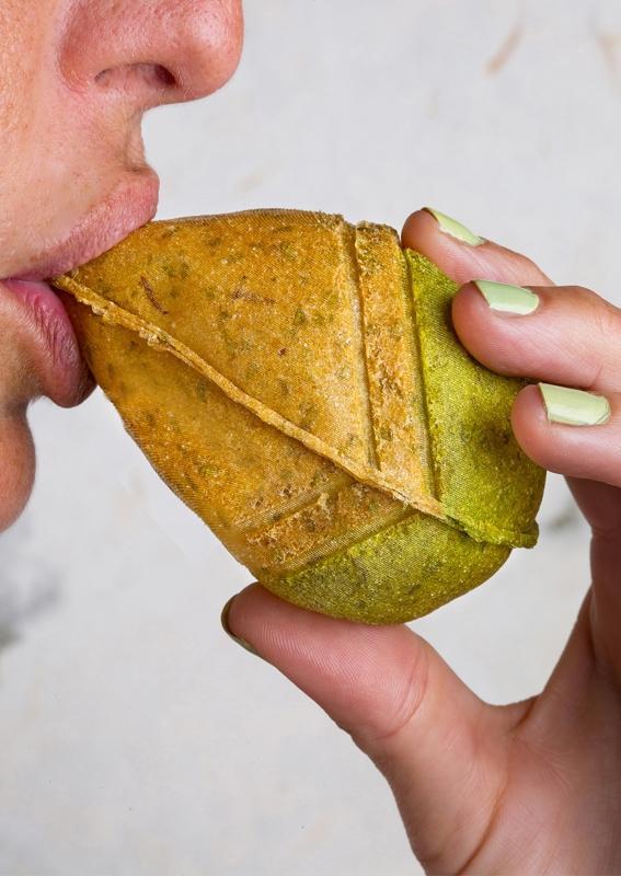 כלים חד פעמיים אכילים משאריות פרי, ענבר זניר