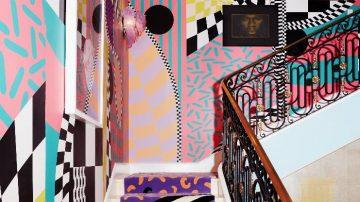 מדרגות לגן עדן: חדר מדרגות הפך לחגיגה יצירתית של צבע וצורה