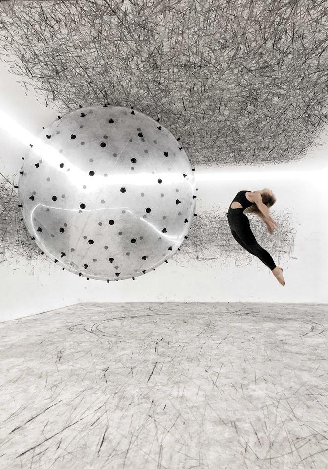 המיצב עם רקדנית