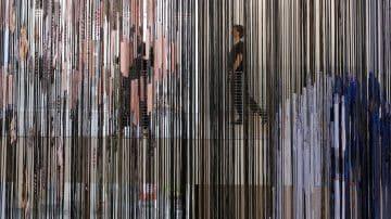 נול אריגה בן ארבע קומות עומד במרכז תערוכה של הלה יונגריוס