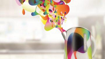 כשקארים ראשיד מעצב קומקום יוצאים ממנו אדים בצבעי הקשת