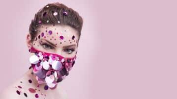 נצנצים ופנינים: האם מסכות הפנים יהפכו לפריט אופנתי לוהט?