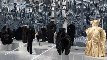 תלבושת או תחפושת? ככה חוגגים 150 שנות אופנה בשחור לבן
