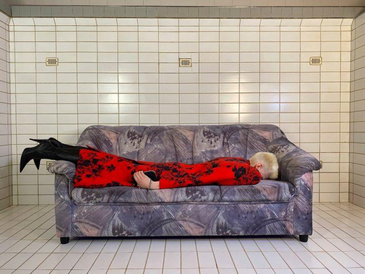 Balenciaga, בחורה עם שמלה אדומה