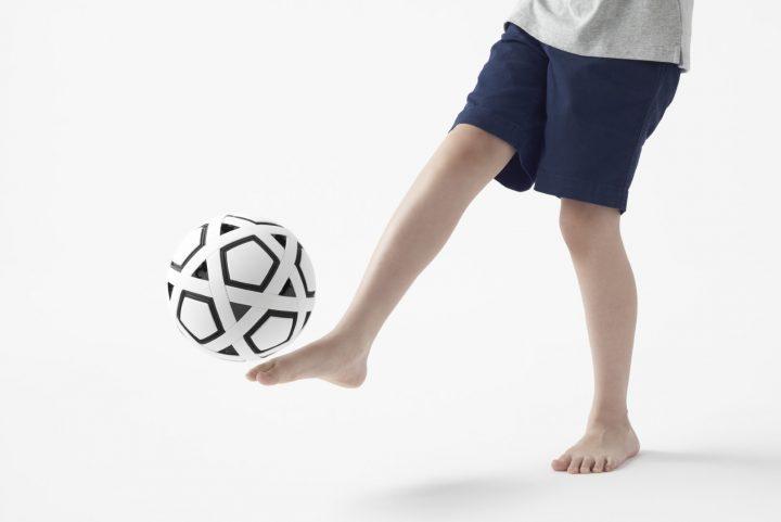 ילד בועט בכדורגל