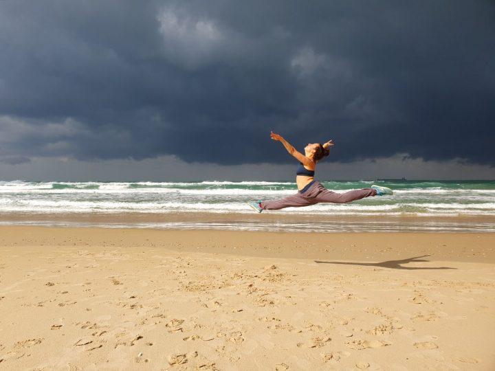 מיי קאהן, חוף הים, ריקוד על החוף