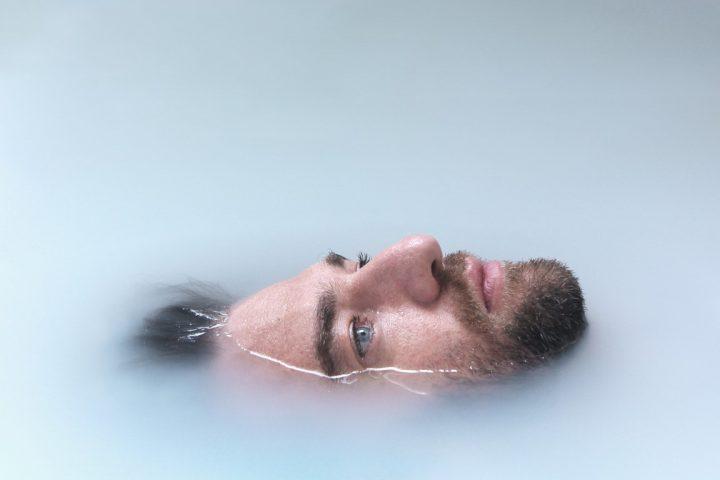 איש מתחת למים, בחור עם עיניים כחולות,