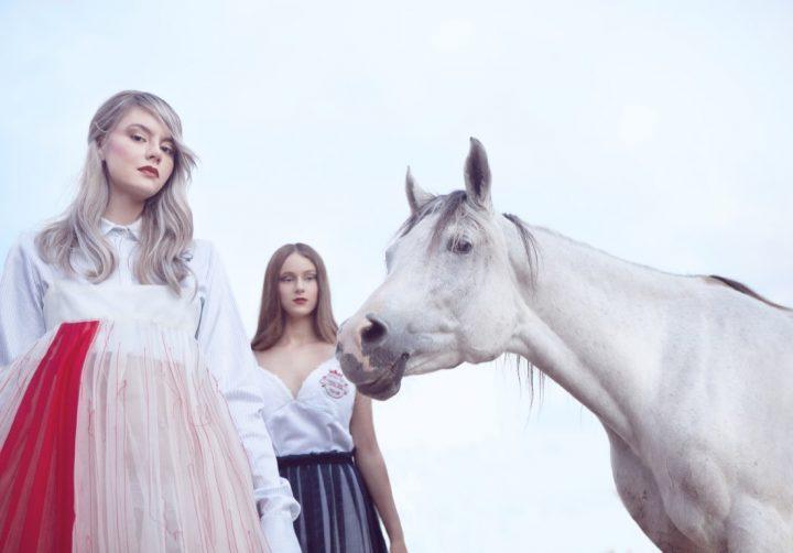 שתי בנות עם סוס לבן, צילומי בעלי חיים