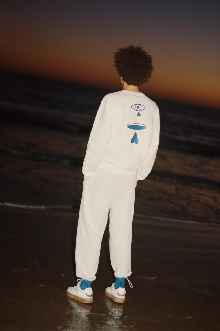 חולצה לבנה עם כיתוב כחול