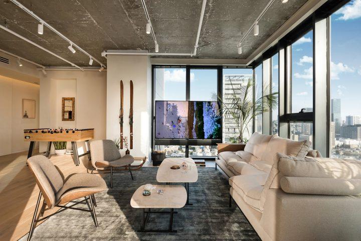 הסלון של אסי עזר, הבית של אסי ואלברט, עיצוב סלון
