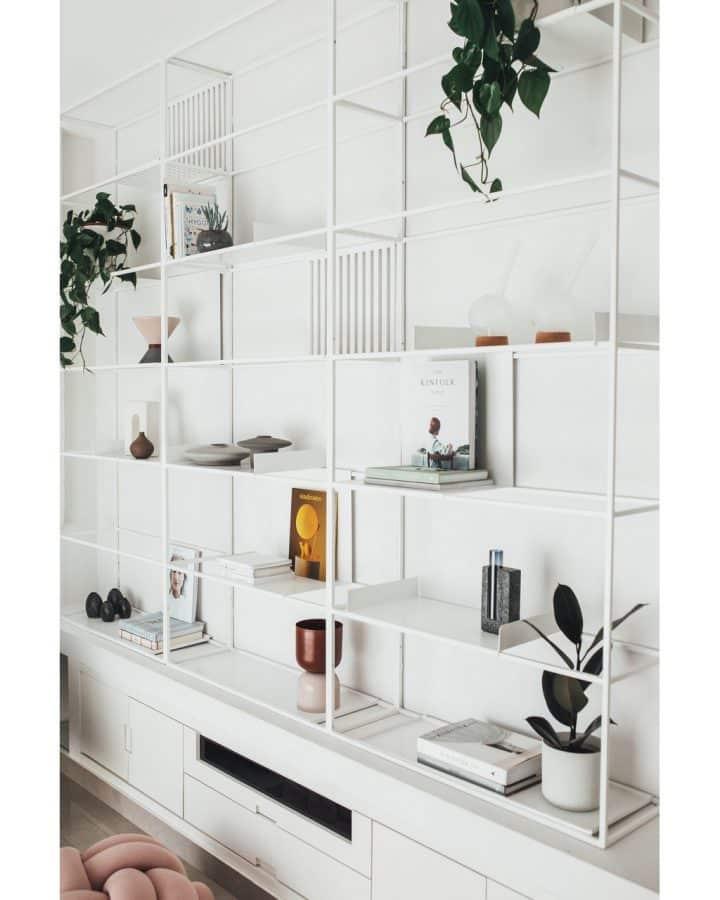 עיצוב קיר לבן, עיצוב כוורת לבנה, עיצוב מדפים לבנים