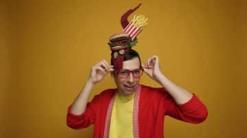 הכובען המטורף: ריאיון עם אחד המעצבים המסקרנים בתעשייה הישראלית